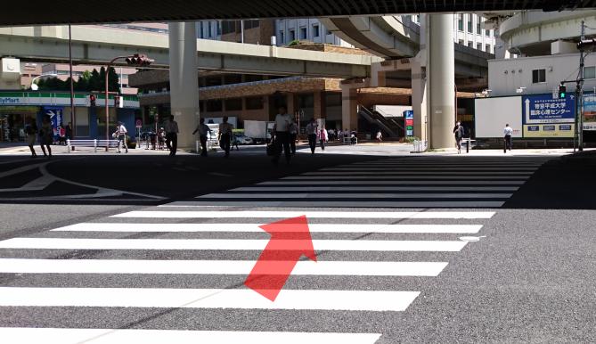 ②写真の横断歩道を渡ります。